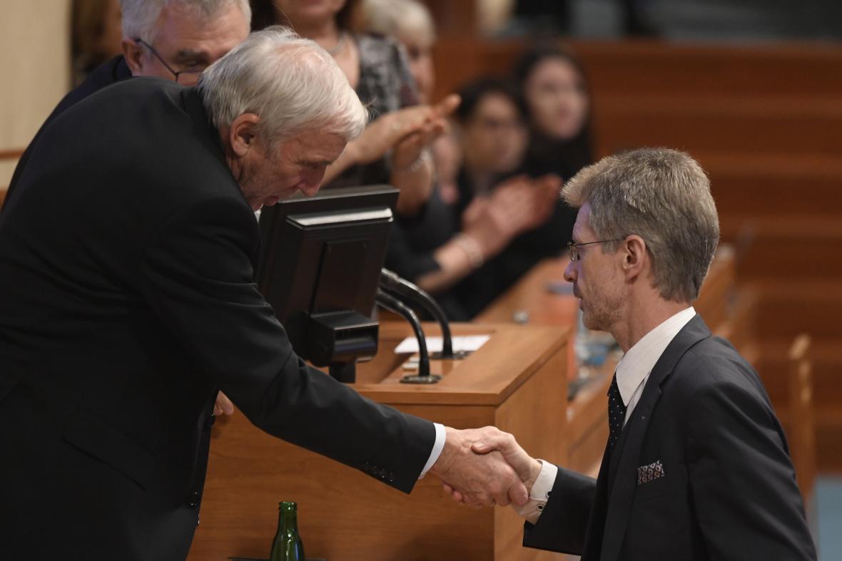 Miloš Vystrčil přijímá gratulaci od protikandidáta Jiřího Růžičky
