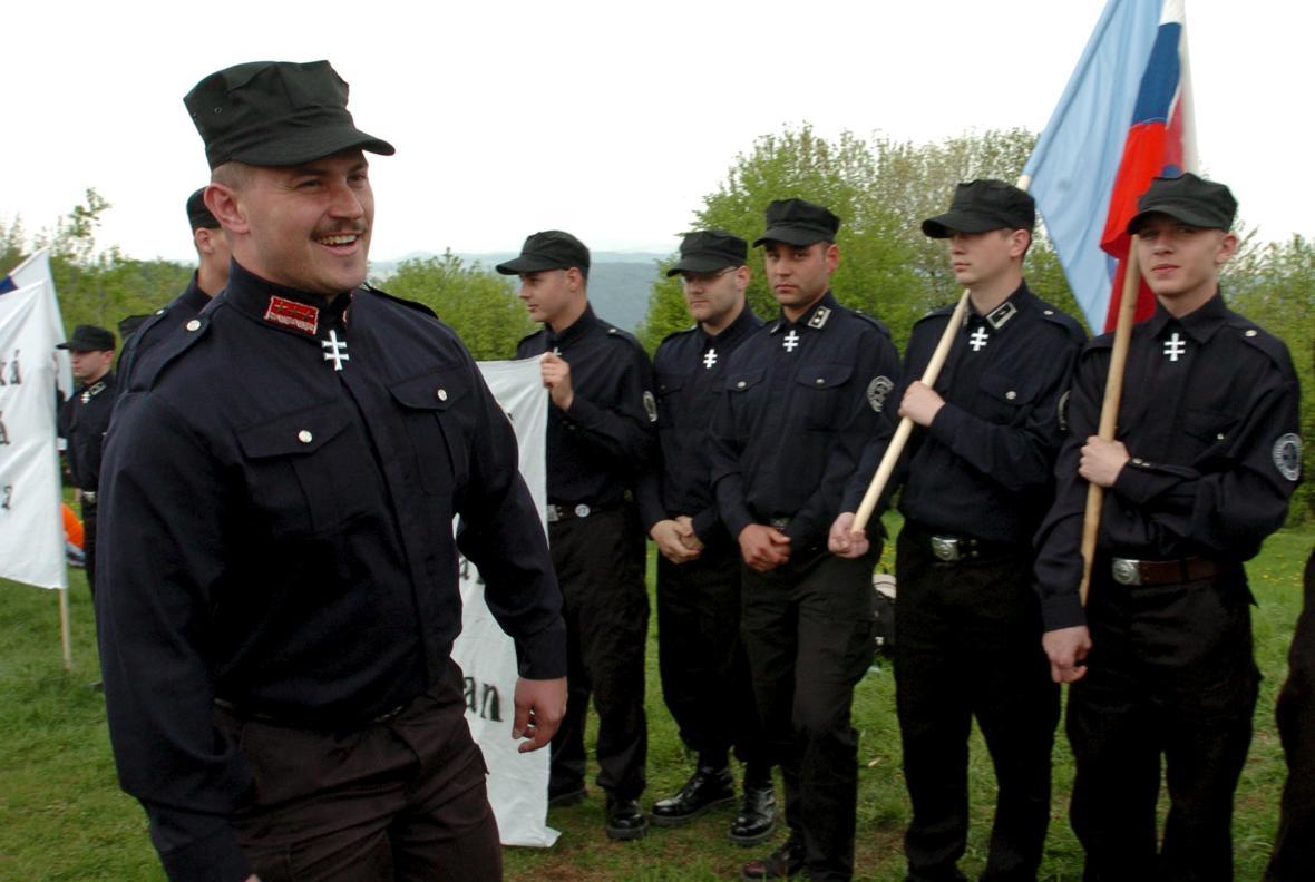 Marián Kotleba se straníky na snímku z roku 2016