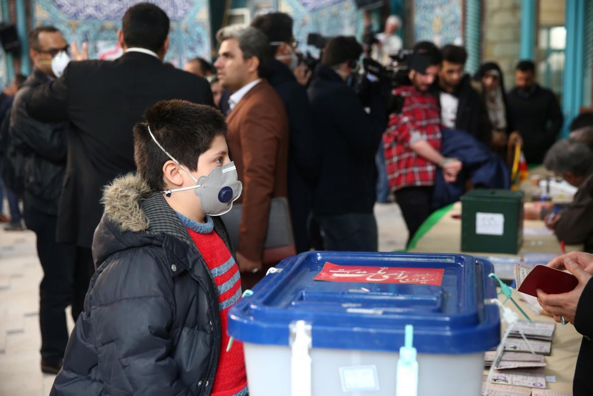 Chlapec s ochrannou maskou během íránských voleb