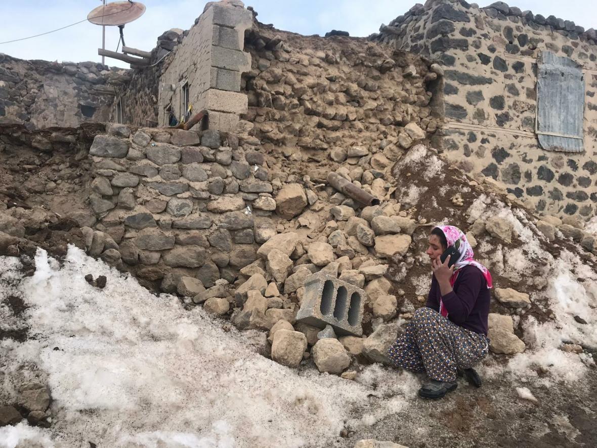 Turkyně u rozpadlého domu na východě Turecka