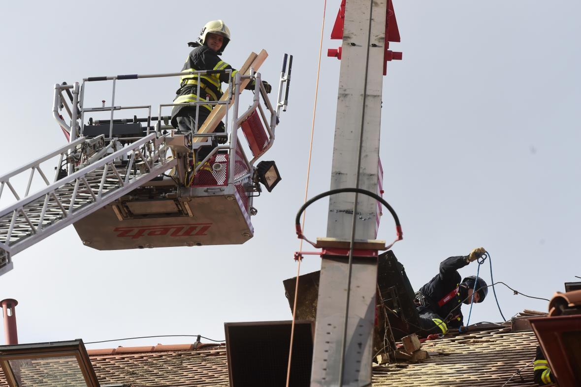 Hasiči zasahují na střeše výchovného ústavu v Dřevohosticích v Olomouckém kraji