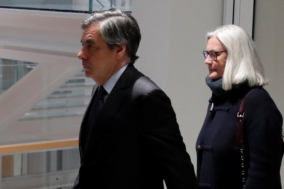 Francois a Penelope Fillonovi přichází k soudu