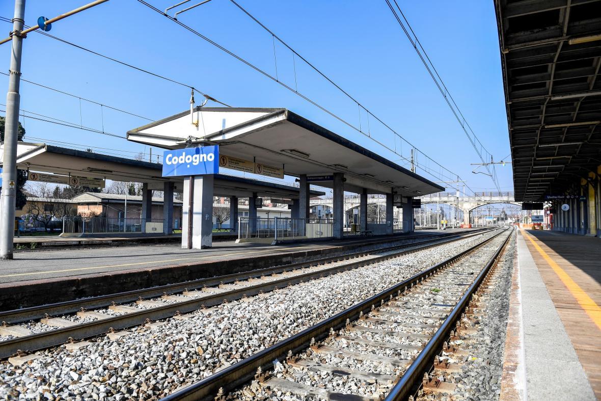 Liduprázdné nádraží ve městě Codogno