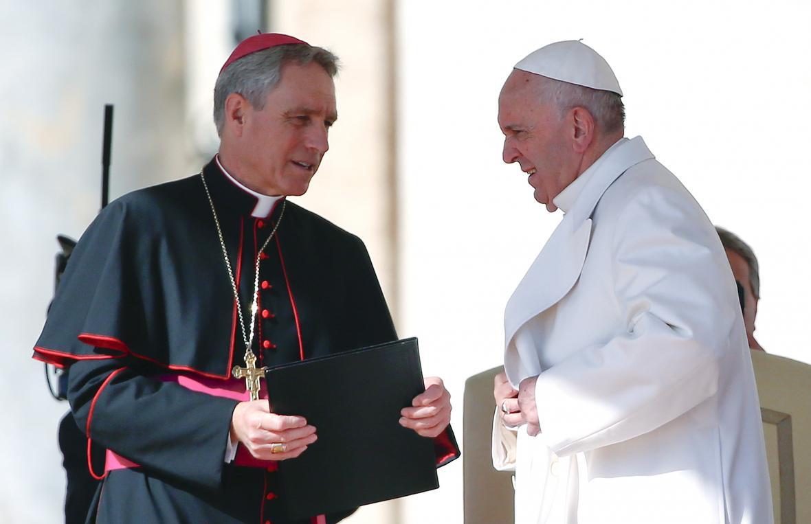 Kardinál Georg Gänswein s papežem Františkem
