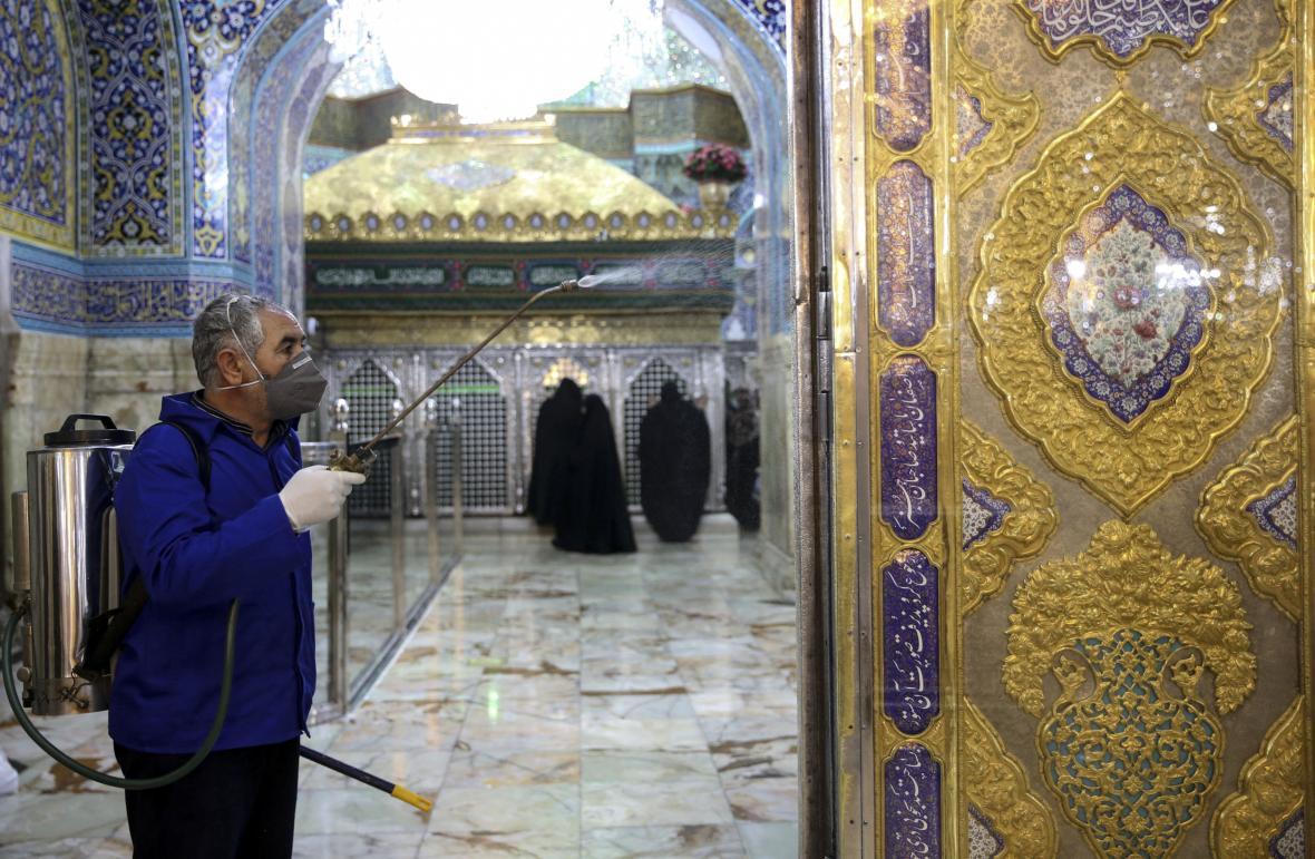 Íránci dezinfikují posvátná místa v Komu