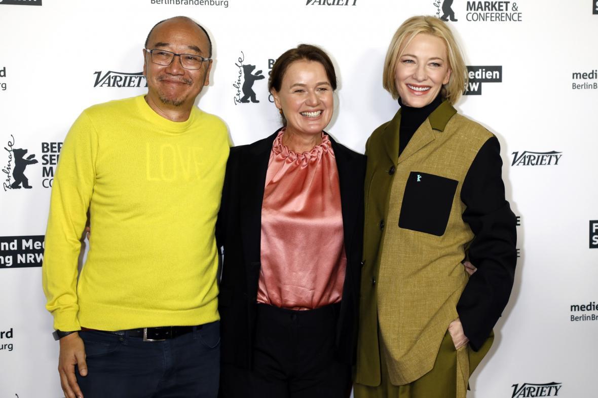 Cate Blanchettová (vpravo) na filmovém trhu na 70. Berlinale