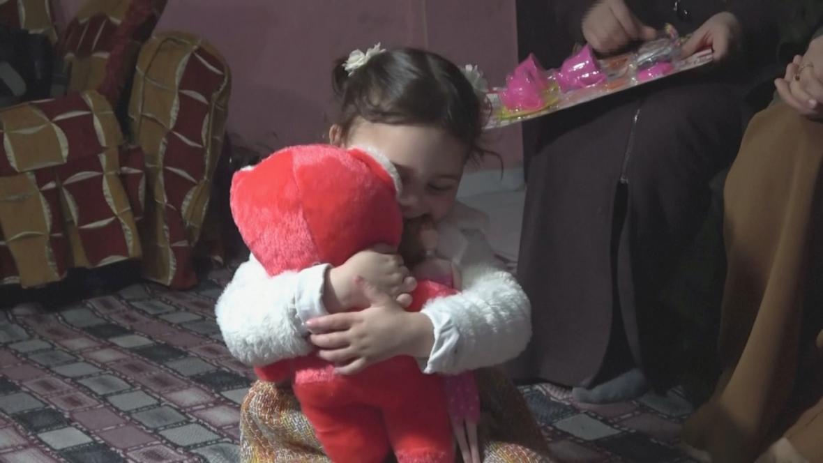 Salwa se svým medvídkem po příjezdu do Turecka