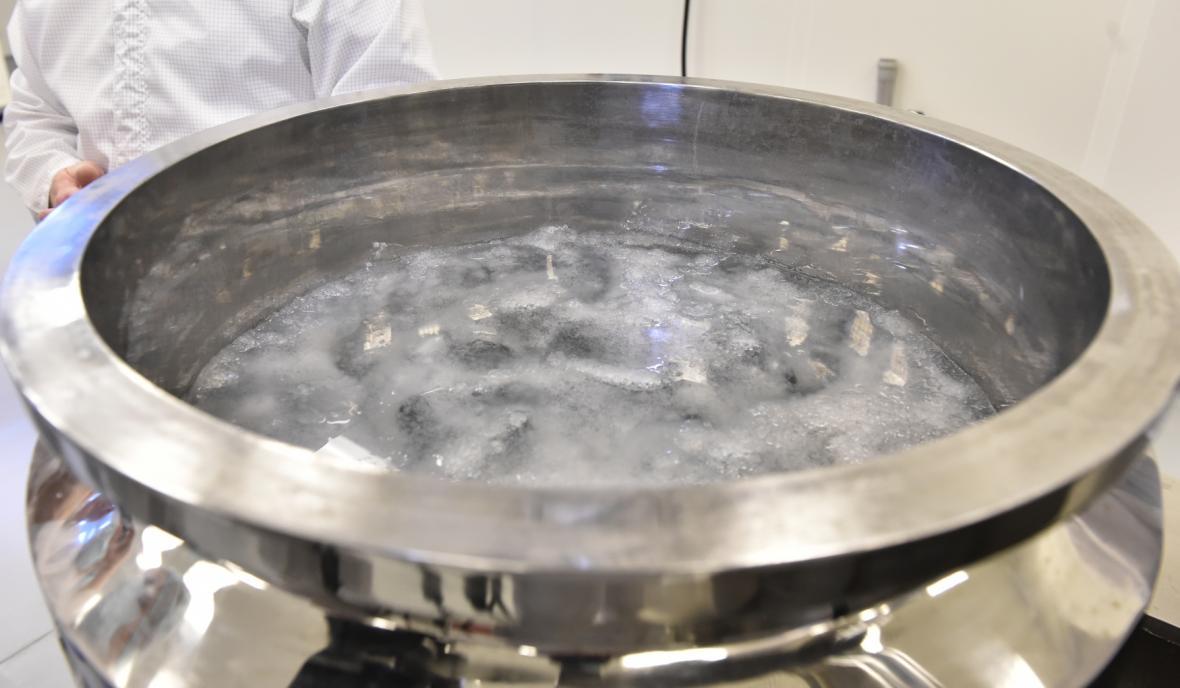 Suroviny se smíchají v takzvaném homogenizátoru, který připomíná velký mixér