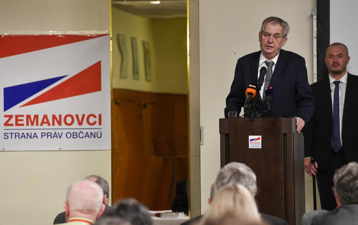 Miloš Zeman u řečníckého pultu na schůzi SPOZ