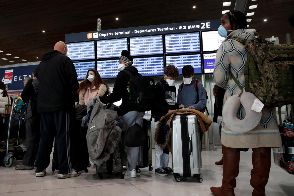 Cestující na pařížském letišti Charlese de Gaullea