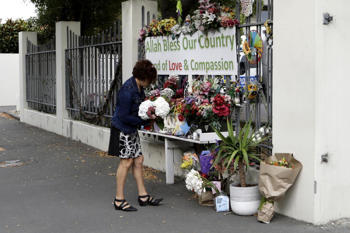 Lidé nosí květiny k mešitě Al Noor