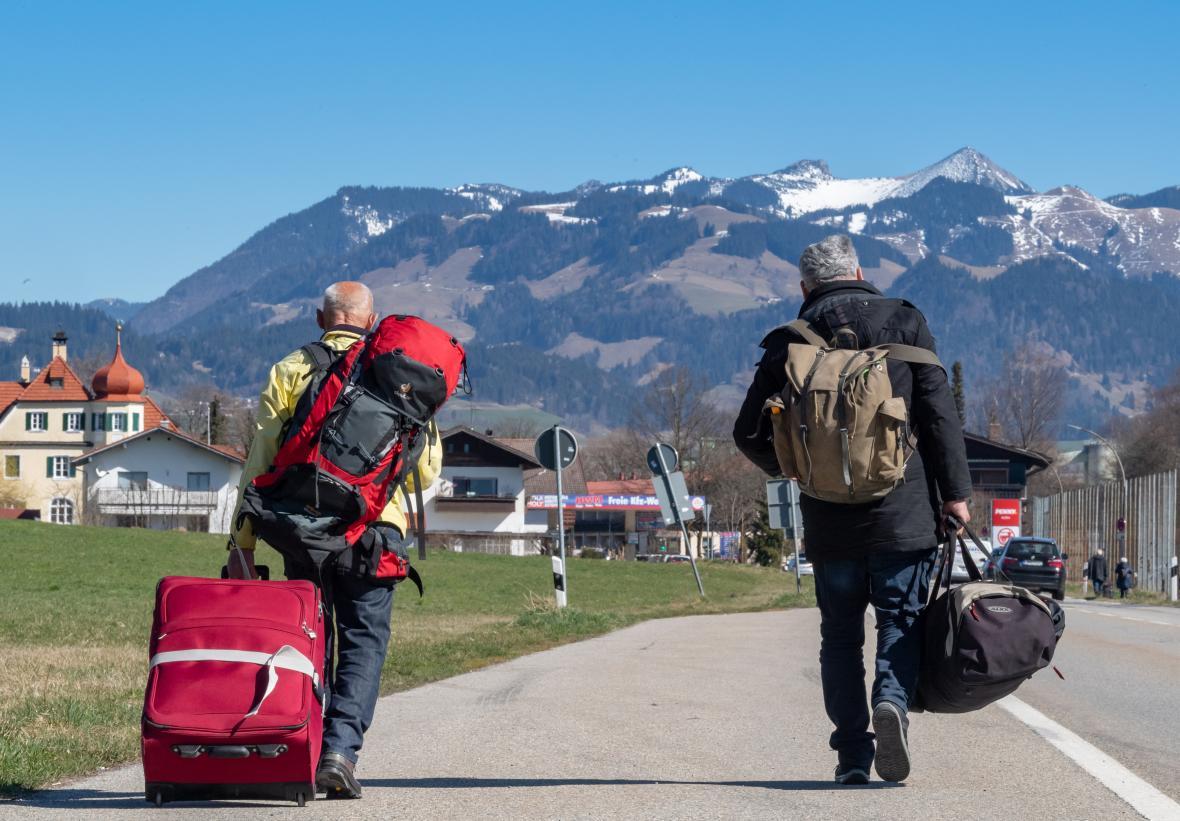 Rakouské vlaky končí v hraniční obci Kufstein. Do Kiefersfeldenu na německé straně musejí cestující pěšky