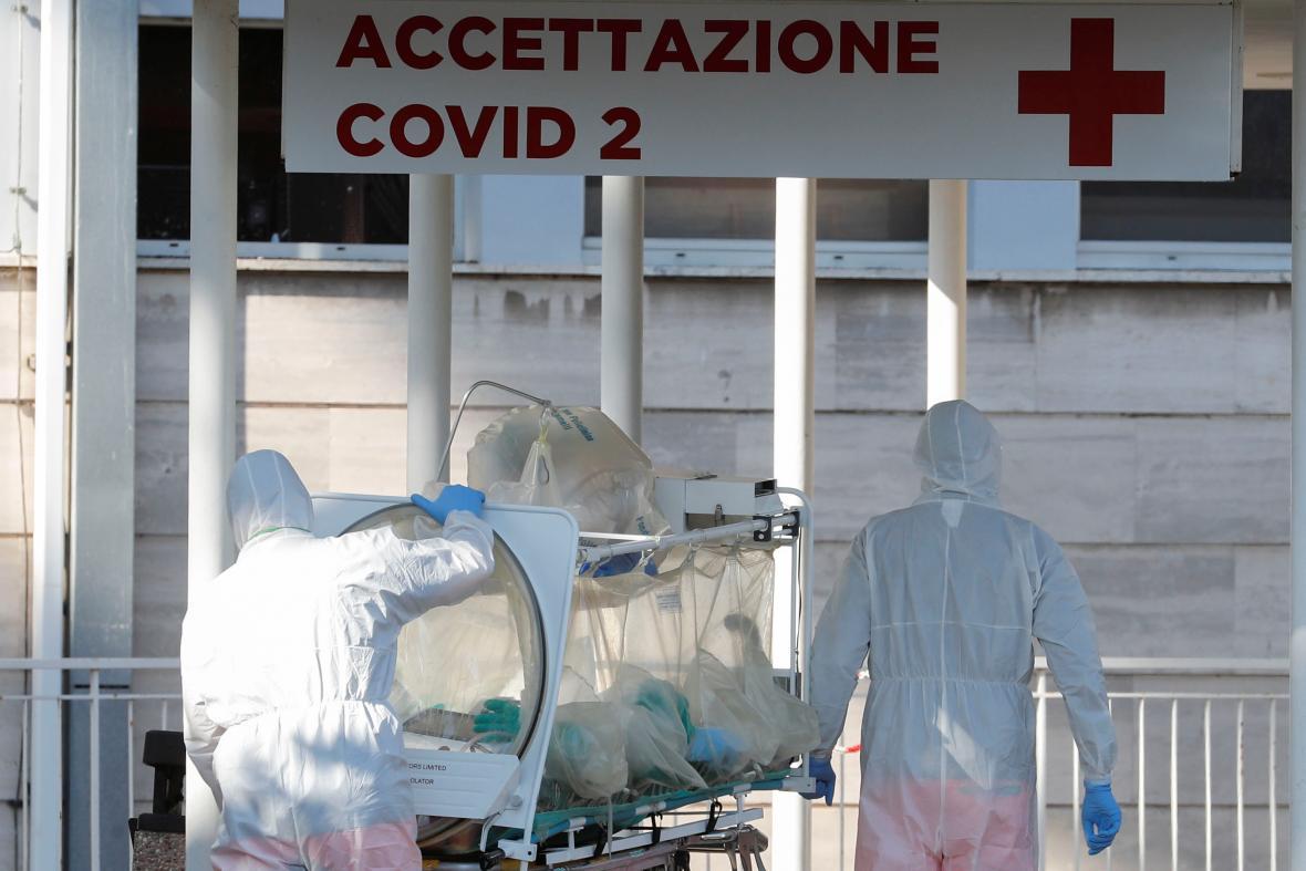 Zdravotníci převážejí infikovaného pacienta