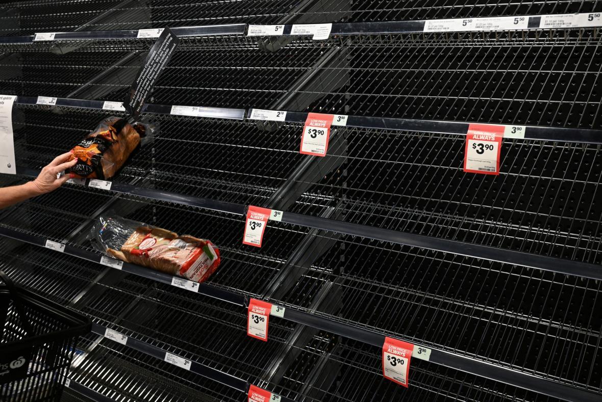 Prázdné regály jednoho ze supermarketů v Sydney