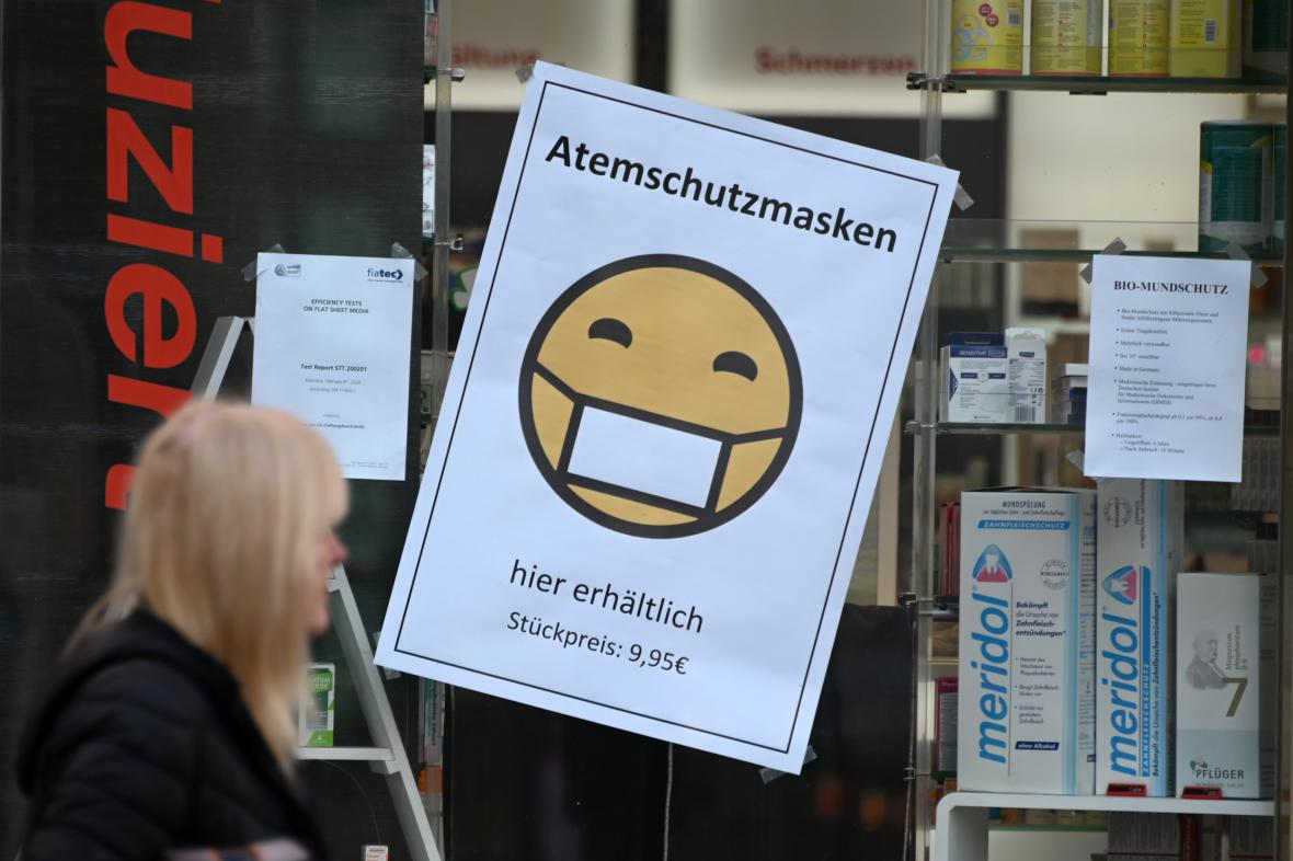 Lékárna v hesenském Kasselu nabízí ústní roušky za 9,95 eura