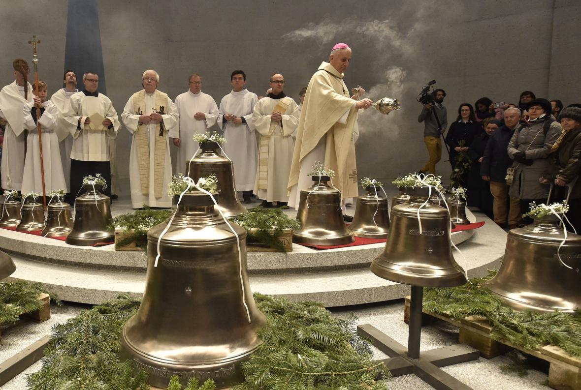 Biskup Vojtech Cikrle požehnal zvonům v kostele Marie Restituty v Brně-Lesné