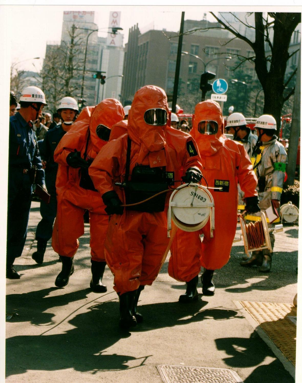 Příslušníci požární a chemické jednotky v ochranných oblecích před zásahem v jedné ze stanic