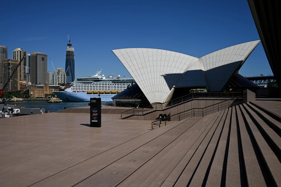 Liduprázdné okolí opery v Sydney
