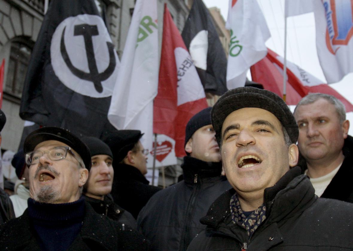 Eduard Limonov a Garri Kasparov na demonstraci v roce 2008