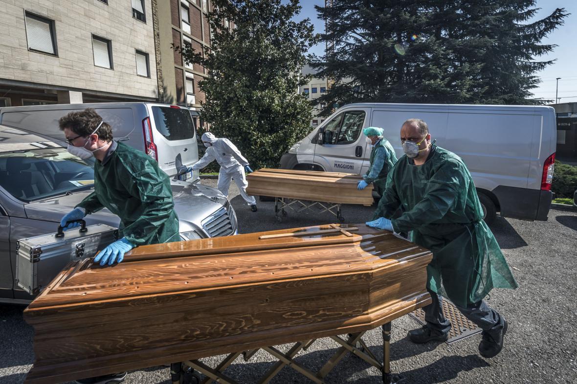 Márnice v nemocnicích v italském Bergamu se rychle plní