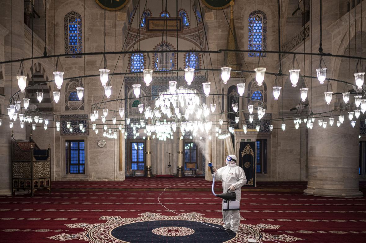 Čištění mešity v Istanbulu