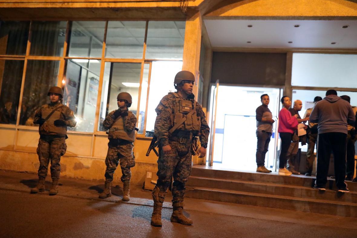 Zdravotní středisko v Santiagu de Chile střeží armáda