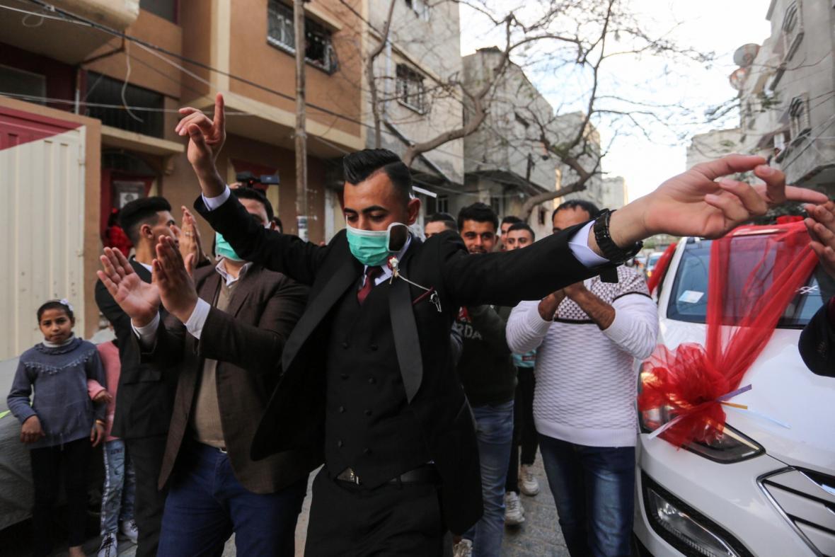 Tančící palestinský novomanžel s rouškou