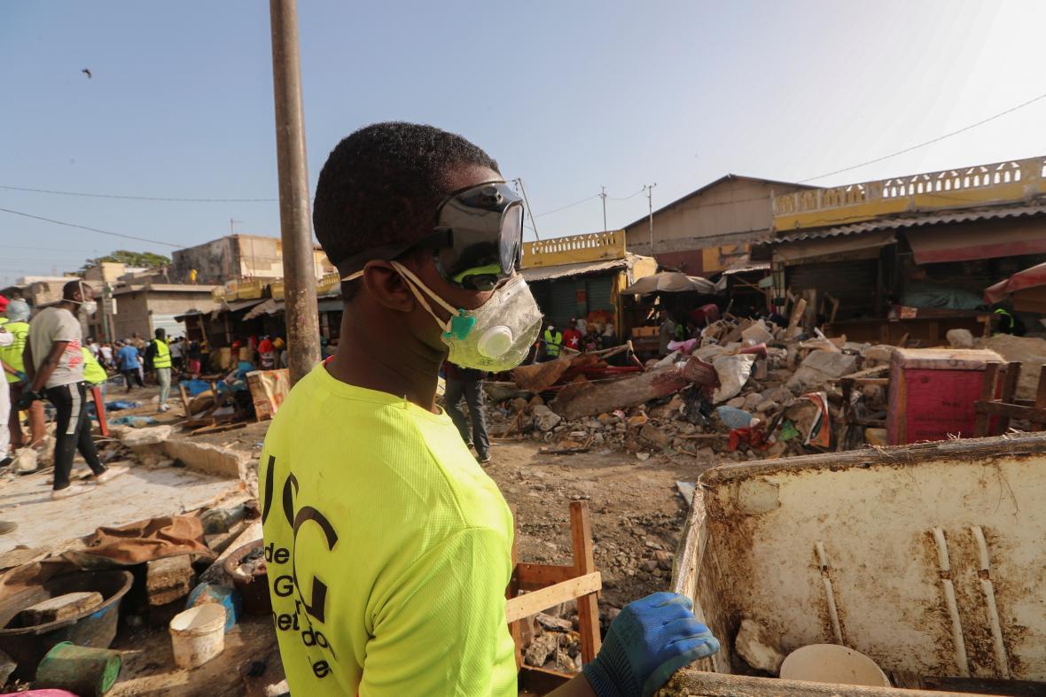 Jeden ze Senegalců čistí ulice v Dakaru