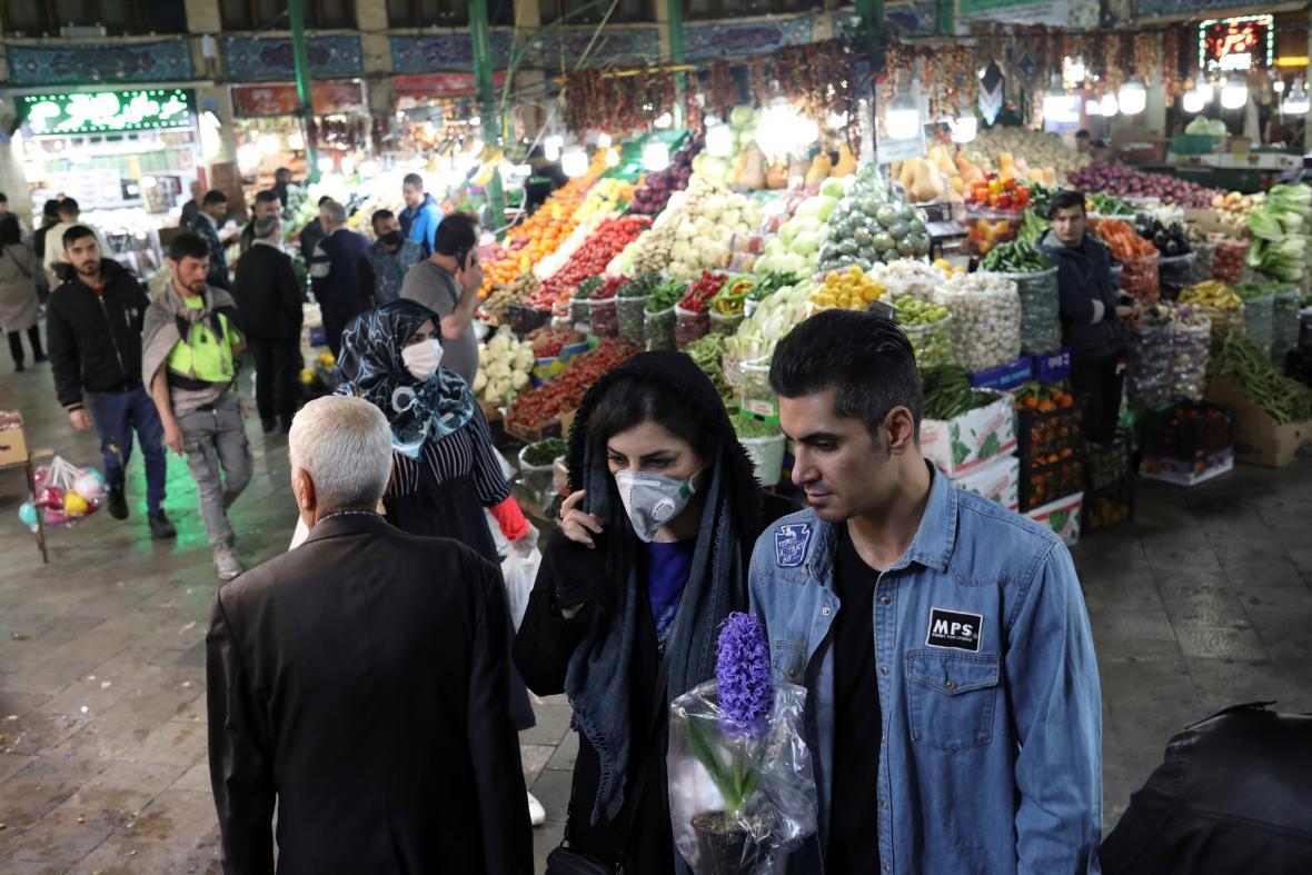 Ještě 18. března byla na tržišti v Teheránu řada lidí bez roušek