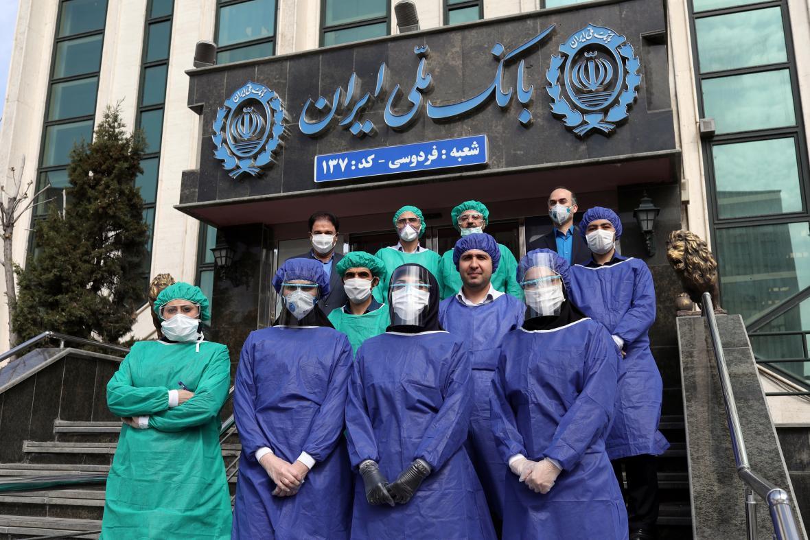 Zaměstnanci banky v Teheránu s ochrannými pomůckami