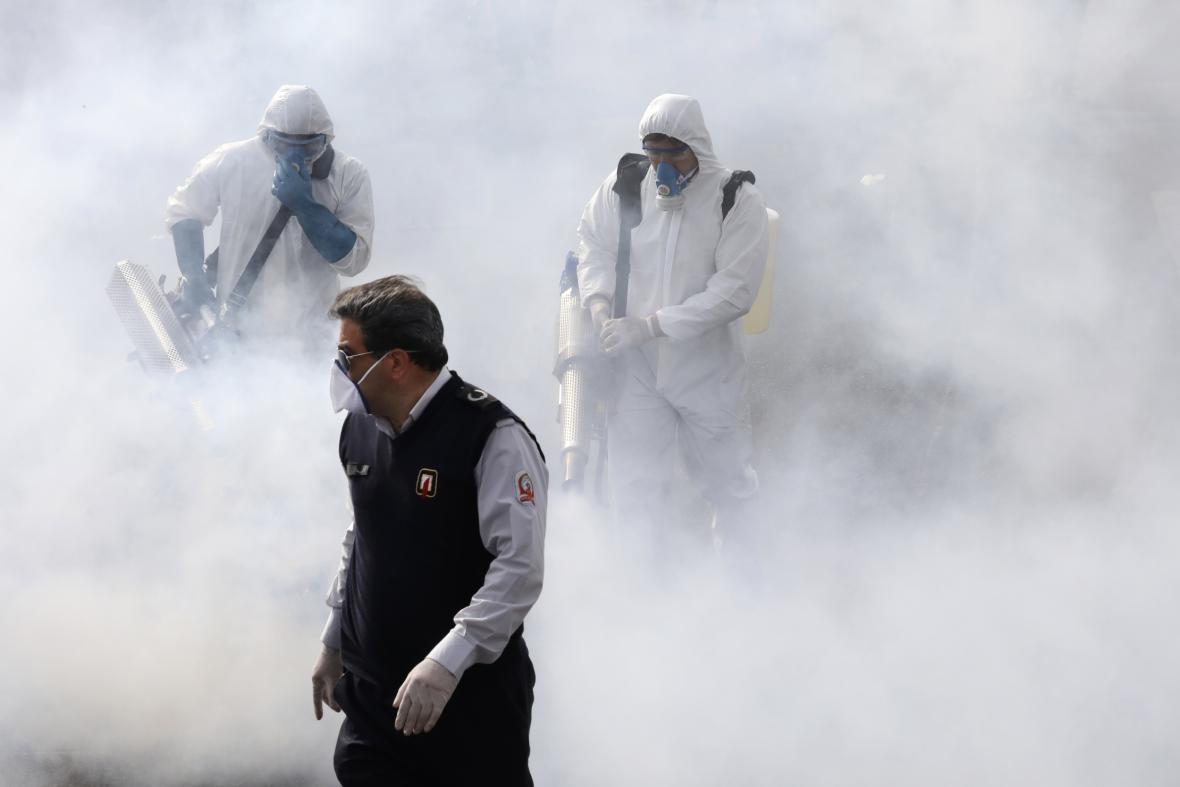 S čištěním a dezinfekcí teheránských ulic pomáhají hasiči