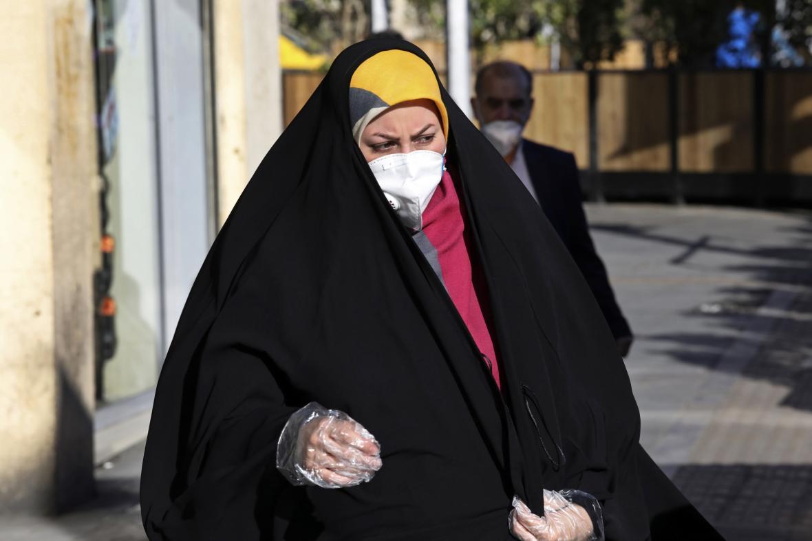 Někteří Íránci se na ulicích pohybovali s rouškami a rukavicemi už na počátku března