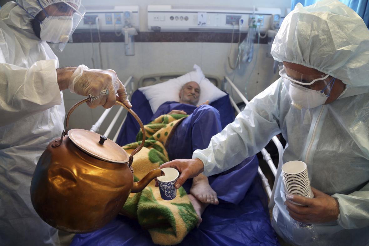 Péče o pacienta s koronavirem v jedné z íránských nemocnic