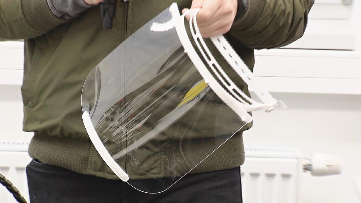 V Ostravě vyrábějí štíty pro zdravotníky
