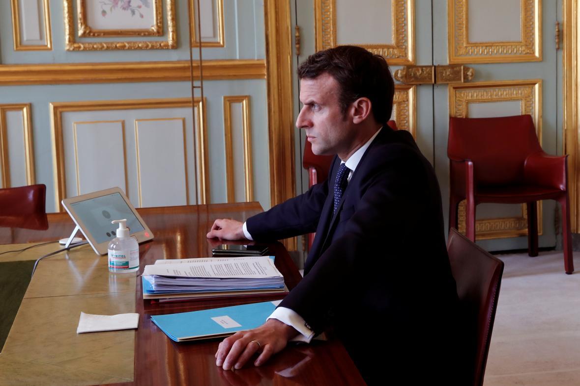 Emmanuel Macron během videokonference