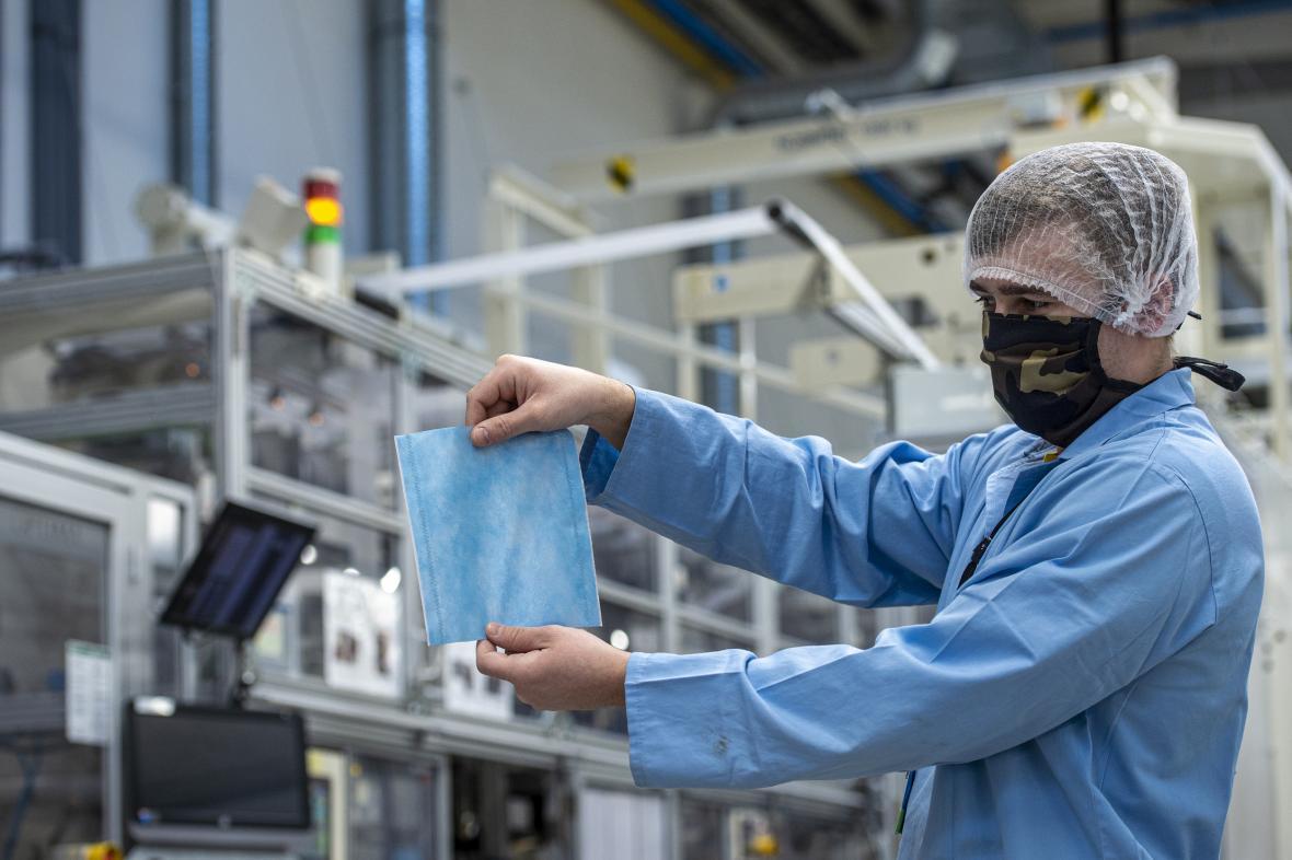 Výroba nanofiltrů do roušek ve firmě Drylock z Hrádku nad Nisou