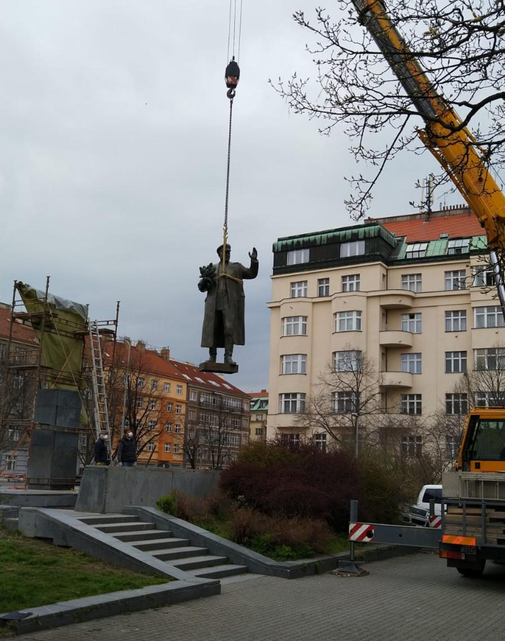 Odstraňování sochy maršála Koněva v Praze