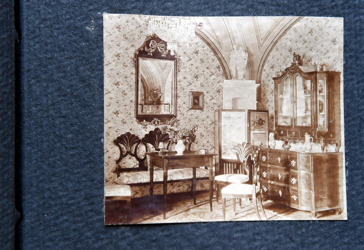 Zámecký pohostinský salon zachycuje fotografie z roku 1912
