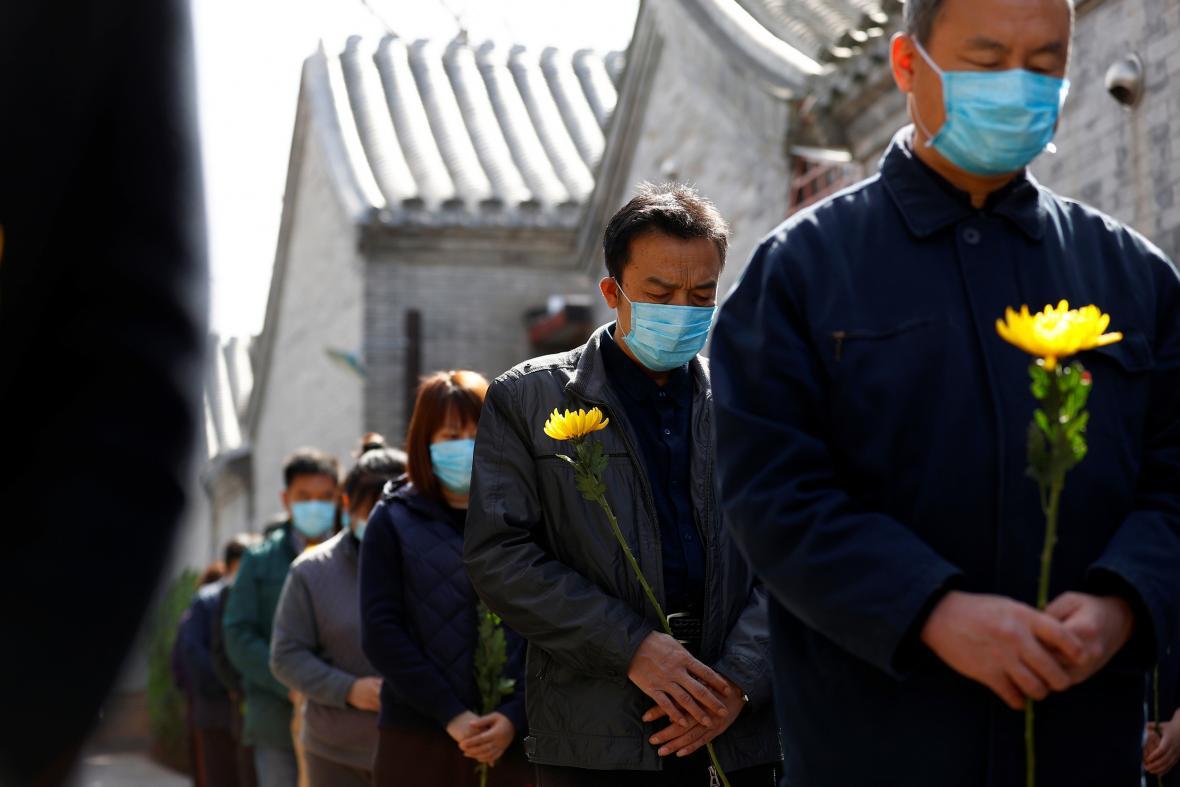 Celá Čína se na tři minuty zastavila, aby uctila památku obětí koronaviru