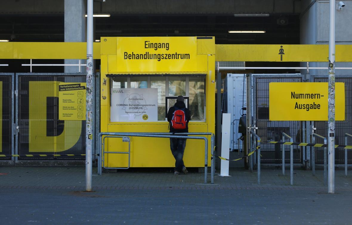 Proizorní testovací centrum zřízené na stadionu Borussie Dortmund