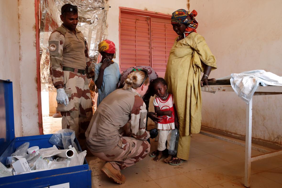 Afričanům v Sahelu pomáhají francouzští zdravotníci