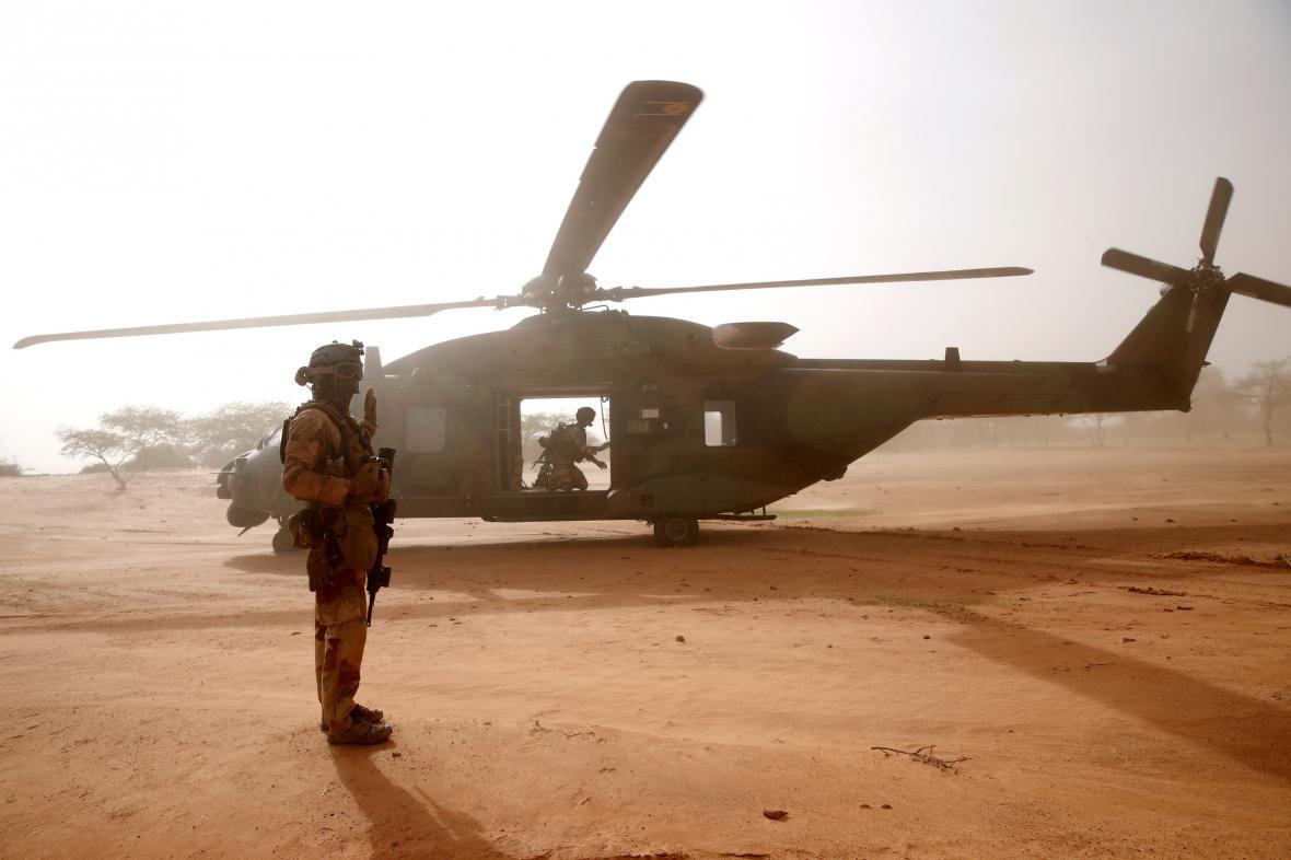 Francouzské síly využívají v Sahelu armádní helikoptéry