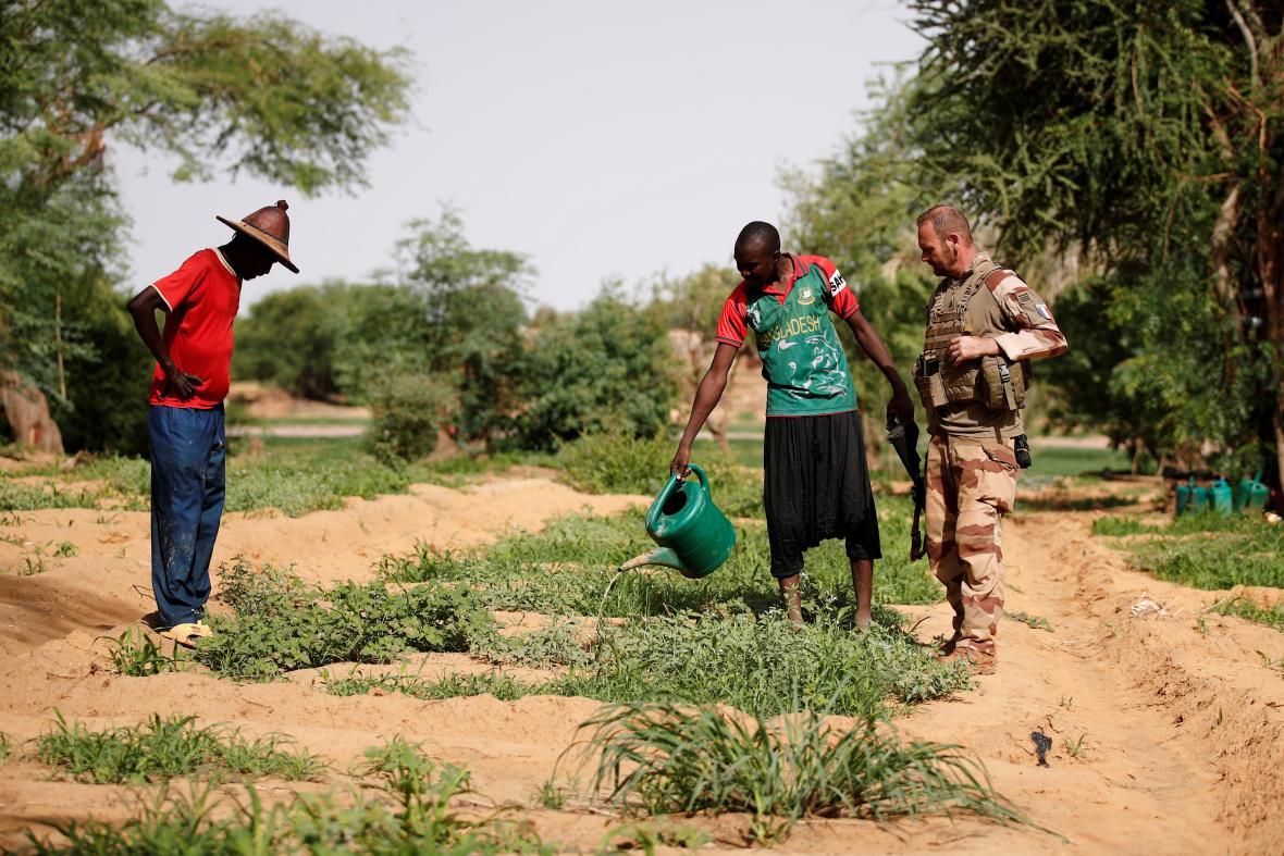 Francouzský voják hovoří s místními pěstiteli