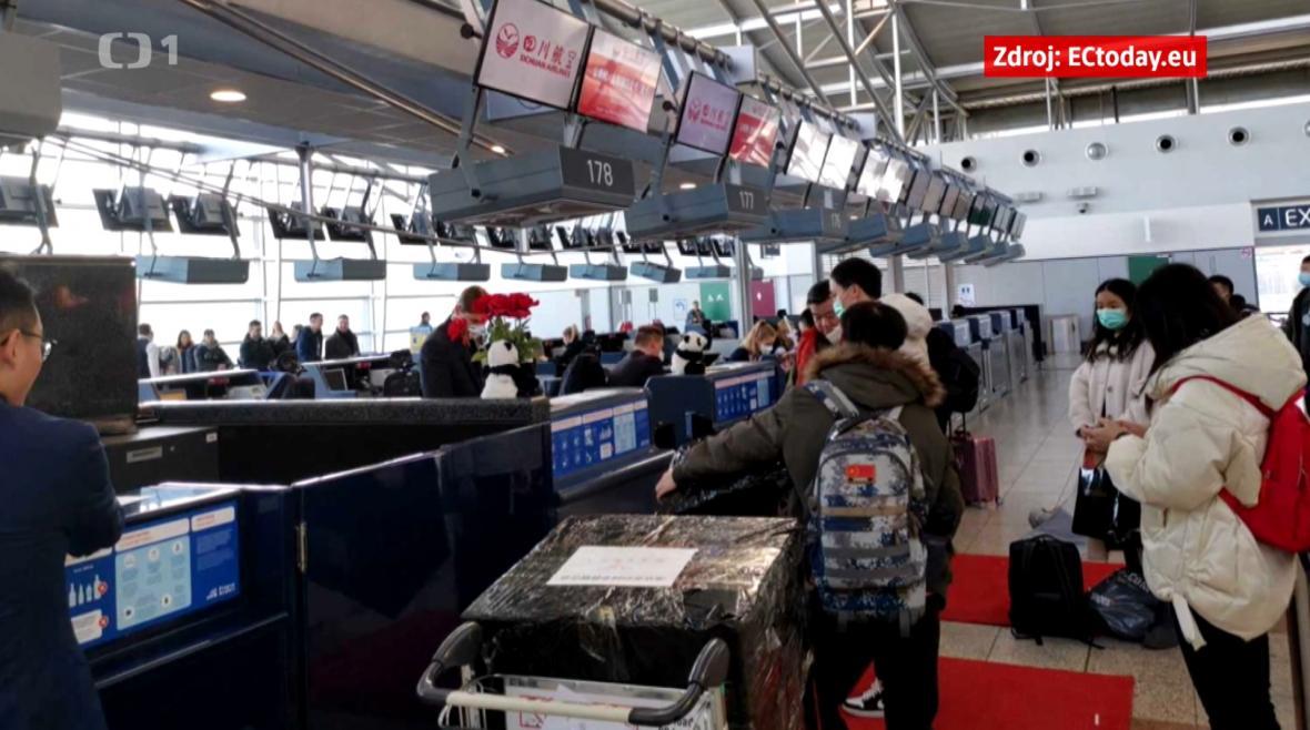 Odeslání jedné ze zásilek na fotografii z pražského letiště
