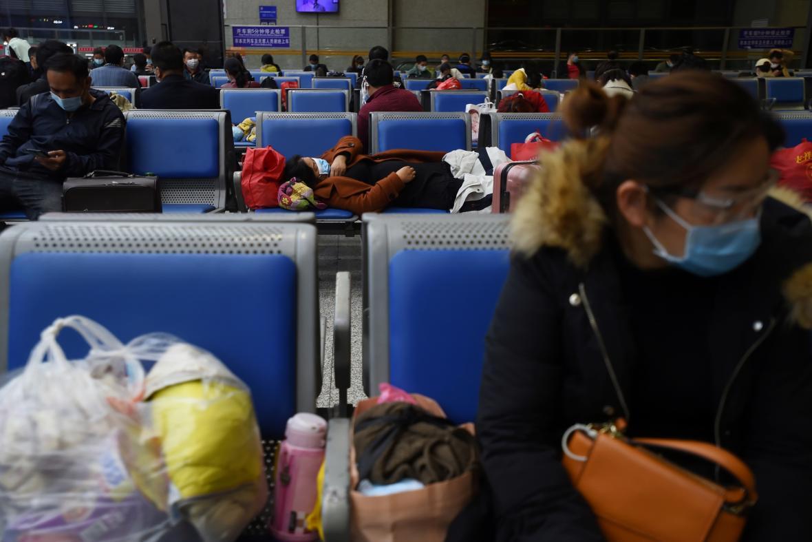 Cestující na wu-chanském letišti