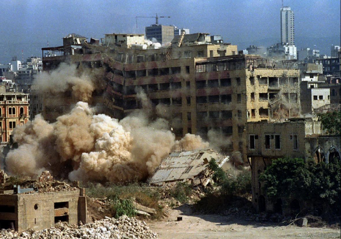 Bourání budovy v Bejrútu, jež sloužila za občanské války k obraně křesťanským jednotkám