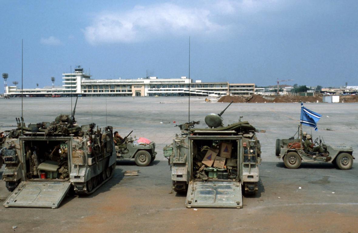 Izraelské síly střeží letiště v Bejrútu (snímek z roku 1982)
