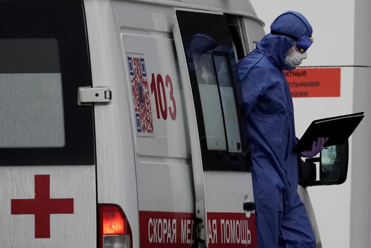 Zdravotník vystupuje ze sanitky u jedné z moskevských nemocnic