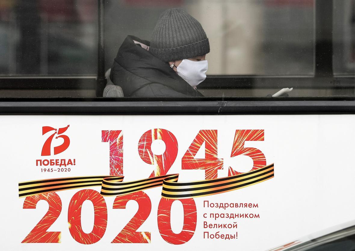 Žena s rouškou v Kaliningradu