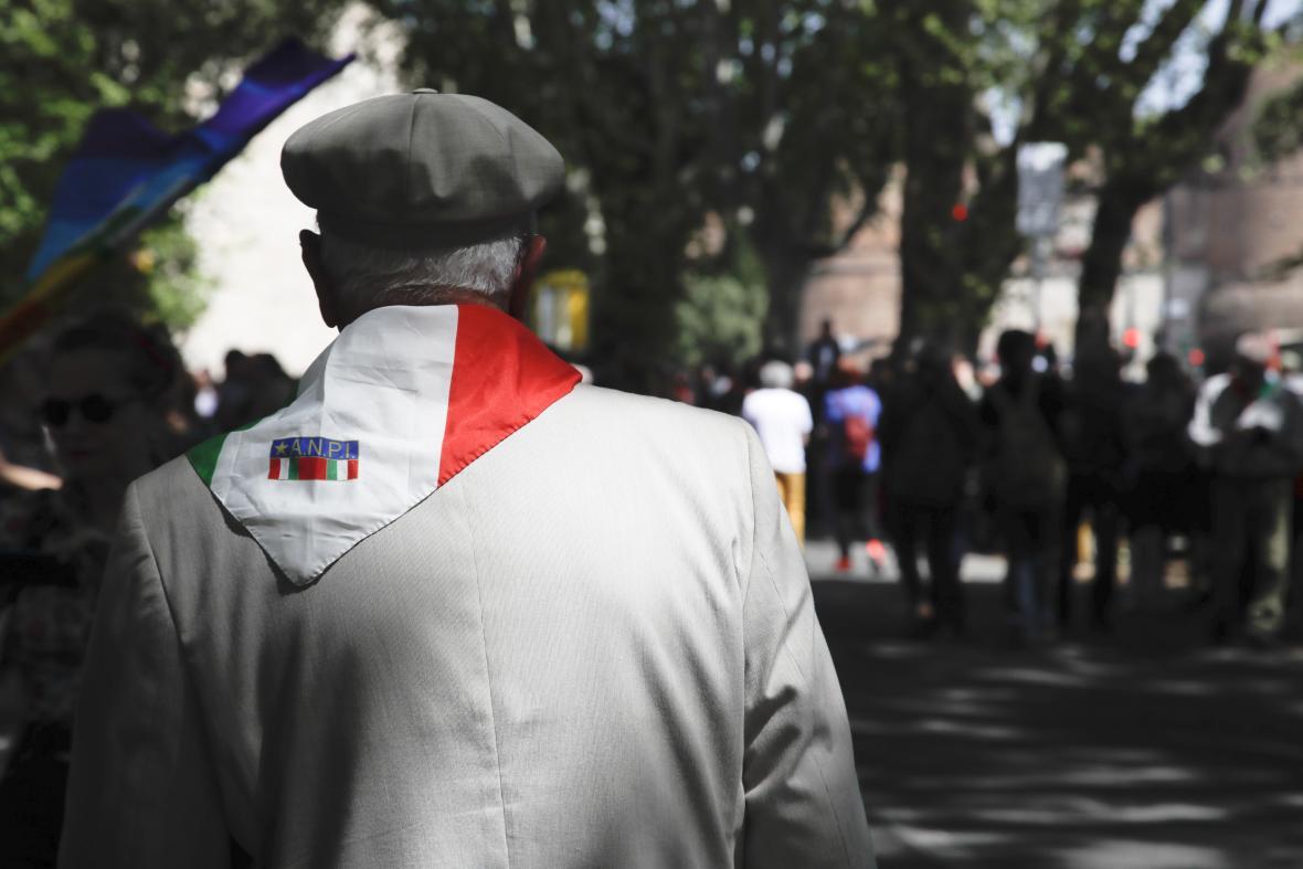 Muž s logem italských partyzánů (ANPI) během oslav Dne osvobození v roce 2019